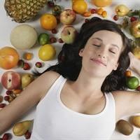 Donna-circondata-frutta-verdura